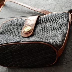 Lækker vintage Balkan taske i flettet skind. Der er et udvendigt rum og et indvendigt med lynlås. Mål: bredde 25 cm, højde 20 bund  9, længde på rem er ca 120 cm