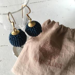 """De yndigste blå perle med """"guld """"   Øreringe Farve: Blå Oprindelig købspris: 250 kr."""