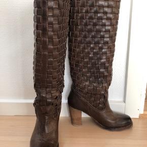 Fede støvler med flettet skaft. Brugt meget sparsomt da de desværre er en smule for små.