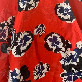 Smuk silkekjole fra Realisation Par. Ingen fejl, kjolens stand er så fin. Passer også S (som jeg selv), valgte M for at få lidt mere længde på.