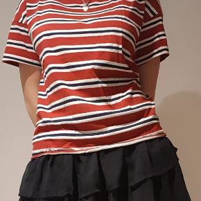 Rigtig fin hvid, blå/sort og rød Levi's T-shirt i størrelsen Large. Jeg er ca. 180 cm høj på billedet, så I kan få en fornemmelse af størrelsen.