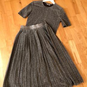 • Fineste sæt fra Envii • Sølv glimmer • Plisseret nederdel og T-shirt  Kom med et bud 🎉