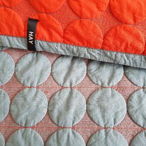 Sengetæppe,  plaid. 245x195 cm. Der er en lille plet på den grå side, og derfor den meget lave pris.