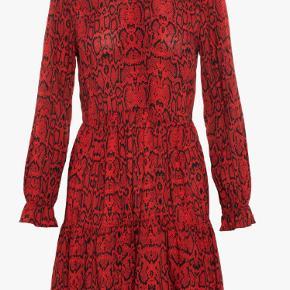 Super fin kjole. Aldrig brugt kun vasket ved køb men den er desværre for lille til mig. Nypris 499 kr. Sælges nu for 200 kr.  Kan afhentes i Århus C. eller sendes med Dao for 39 kr