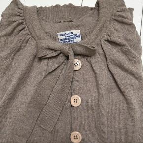Lækker cardigan i ren uld, kun brugt få gange og uden slid.