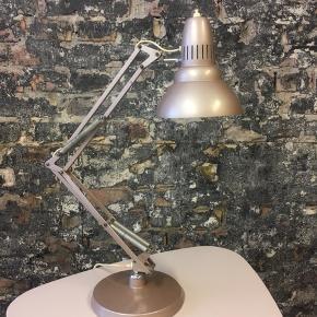 En skøn gammel RETRO arbejds/bordlampe, i en smuk douche farve, som jeg ikke lige ved hvad man skal kalde? Lampen er funktionsdygtig og har gode fjedre, og så er den relativ tung. En SMUK arbejds/bordlampe. Pris. 875. Kr  Fast pris - TAK