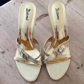 Fine stiletter fra mærket Diana, str 40, men nærmere en str 39.  Lidt brugt - har også andre til salg. Perfekt bryllup.  Hæl: ca 9-10 cm Sål: 26