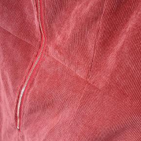 Kort bane-fløjl kjole med lynlås. Laksefarvet. Lettere elastisk materiale.