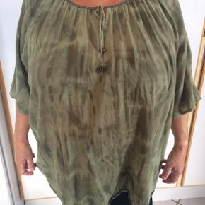 Grønlig bluse med små guldperler i halsen. bm 82 x 2 og læ 75 cm