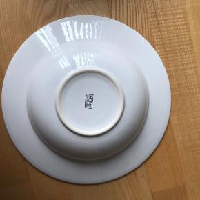 Store pastatallerkner i hvid fajance - super flotte at anrette i. Udvendig diameter 28cm Indvendig diameter 18cm Købt i Ilva Samlet pris