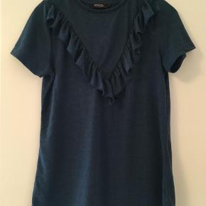 Varetype: T-shirt Farve: Petrol Oprindelig købspris: 200 kr.  Helt ny T-shirt fra Siaked in Luxury fra deres efterårskollektion - prismærke er taget af men den er aldrig brugt .     Ved Ts handel betaler køber gebyret.