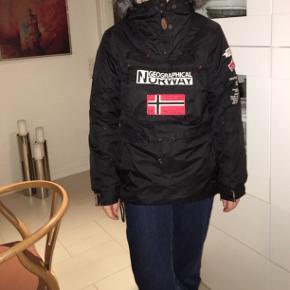 Dejlig tyk vinteranorak. Min datter har brugt den i en sæson på efterskole. Fejler intet. Er blevet for lille.