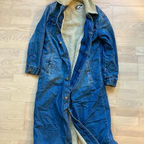 Denim long winter jacket with teddy beer fabric inside. Very warm! This jacket comes to my calves (I'm 1.60). If you have any questions please ask me!