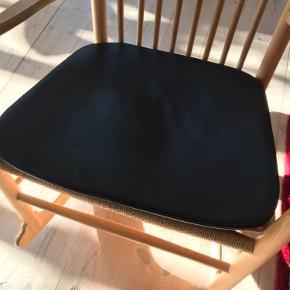 Hynde i sort læder til Wengers ikoniske gyngestol J16 sælges.  Fremstår i perfekt stand.  Nypris 1000 Stolen sælges IKKE.