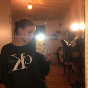 Super fed sweatshirt fra Calvin Klein, stort set aldrig brugt Ny pris 800 kr