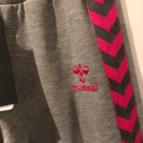 Fine sweat pants med pink/grå vinkelbånd. Jeg er 166 og de er for lange til mig.  Bomuld/polyester