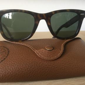 Rayban wayferer solbriller i brun/turtoise. Pænt brugt, ingen ridser i glasset. Stellet er lige bleven rettet til ved optiker. Passer både mænd og kvinder. Glasstr 50 mm og 22 mm over næsen.