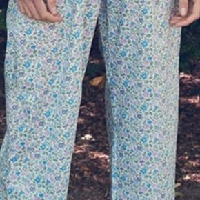 Smukkeste bukser passer en 38-40, lidt højtaljede. Liberty bukser som milsted