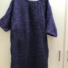 Så flot boucle kjole fra det eksklusive mærke, Escada. Kjolen er købt i Berlin. Hoftemål 64 x 2, brystmål mere, da det er letflagermusærmer. Længde ca. 105 cm.