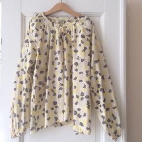 Fineste tunika-bluse fra MarMar i ren øko bomuld. Prøvet på og tags taget af, men ikke taget i brug eller vasket. Str 10-11år.