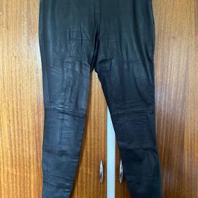 Sorte læderbukser med lynlås i siden.  100% gedelæder