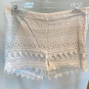 Super søde, hvide blonde shorts fra H&M.   Str. 34