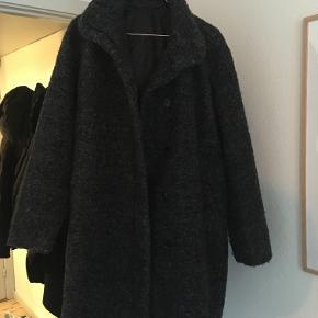 Jeg sælger denne super fine sortmelerede uldfrakke fra Samsøe Samsøe, som jeg fik i gave for cirka 2 år siden. Den har været brugt meget få gange - ingen slid og aldrig vasket, så derfor som ny. Jeg sender gerne flere billeder og byder interesserede velkommen til at komme forbi og tage et kig :-)