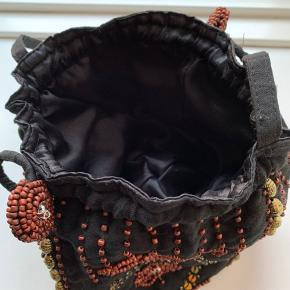 Sød og charmerende perle-besat taske, overraskende rummelig ✨