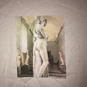 Sælger denne hvide trøje fra NA-KD. Men billede på midten. Beklager den er lidt krøllet på billederne.. (den har ligget med andet tøj). Den er brugt max 5 gange. Jeg bruger normalt xs-s og tror godt en str. s kan passe den. Den sælges som den ses på billeder.