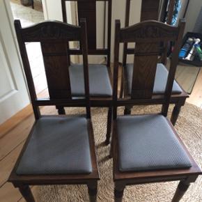 4 stk. spisestuestole i super fin stand. Der er plet på det ene sæde, se billede. Pletten er ikke forsøgt fjernet.Prisen er for alle 4.