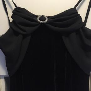 Måske lidt tidligt at kigge på nytårs kjolen, men sælger nu denne smukke enkle kjole til nytårs festen eller? Køber betaler porto