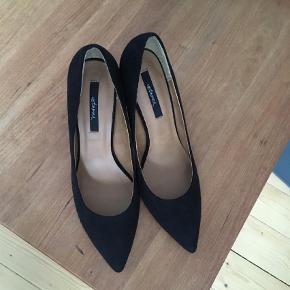 Brand: Untamed Varetype: Stiletter Farve: Sort Oprindelig købspris: 600 kr.  Sælger disse helt nye sko - aldrig brugt;)
