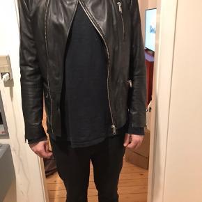 Læderjakke, sort, brugt et par gange. Som ny. Lækkert skind