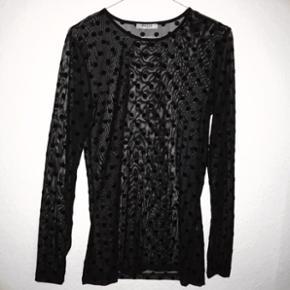 Gennemsigtig trøje med prikker fra PIECES. Køber betaler selv fragt, som ikke er inkluderet i den skrevne prisen eller afhentning i Kgs.Lyngby.