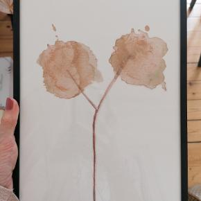 Original akvarel/kunsttryk af Trine Holbæk Designs. Motiv 'Blomst'. Signeret.  Format: A4 Syrefrit, mat kvalitetspapir, der gør at farverne ikke falmer, hvis det udsættes for sollys. Inkl. ramme. Kan afhentes i Esbjerg eller sendes. Angivet pris er excl. fragt.