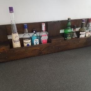 Rustik Pallehylde. Kan evt. Bruges til vin eller spiritus. Kan både stå eller hænges op på væggen. Byd.