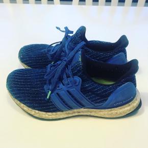 Adidas Ultraboost der for hurtigt blev for små. De har mange timer i sig endnu.   Kr. 300,- + porto.