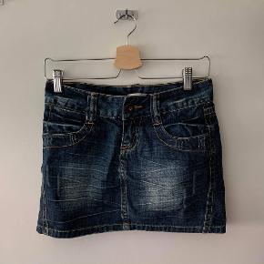 Kort Only nederdel i str xs, meget 00'er stil.