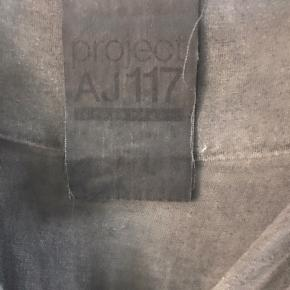 Fin grå kjole i tie dye. Sidder tæt og til lige over knæet.  94% viscose 6% elastane. Bytter ikke Pris ex levering