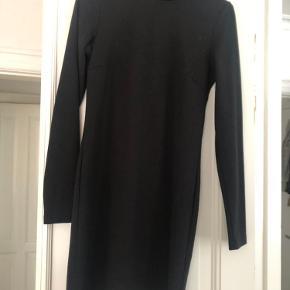 Brugt en enkelt gang, meget fin stand. En smuk sort tætsiddende kjole