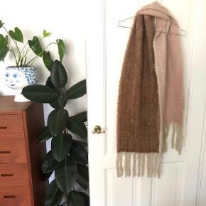 """Unmade Copenhagen """"halsterklæde"""" str. onesize i farven lyserød/rust brun 🧣  Materiale: 65% Acryl, 25% Polyester & 10% Uld  Byd gerne kan både afhentes i Århus C eller sendes på købers regning 📮✉️"""