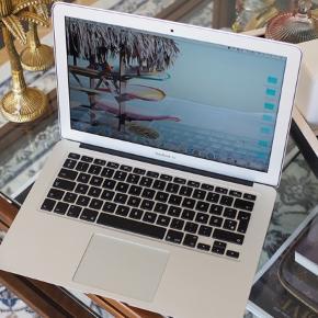 """13"""" MacBook air 4gb fra 2015 garanti udløb 2018   Den virker perfekt, dog har jeg tabt den som i kan se, men det er kun en visuelt skade - har aldrig været til reparation og virker 100%.   Nypris 12000,- inkl. Forsikring i 2015   Den har kun været brugt til møder og blogging :)   @brigidamartinez"""