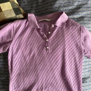 Mega sød polo/t-shirt fra Gestuz. Den passer godt til et par lyse jeans eller et par sorte flare bukser 💜  BYD!!
