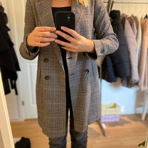 Fin ternet jakke/blazer fra Zara. Som ses på billede 2 er der et stort hul i foret. Det er dog ikke noget man lægger mærke til når den er på💕