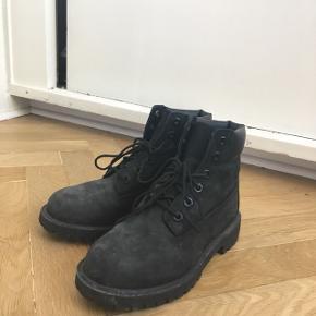 Timberland støvler i str. 36 - fitter lidt større. Nypris var omkring 1300 kr.  Købt for 1,5 år siden og brugt henover denne vinter. Ingen tegn på slid, men er beskidte lige nu - Ikke noget, som ikke kan ordnes med rens.