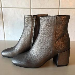 Ovenud flotte støvler fra Apair, aldrig brugt kun prøvet på.  Skjult lynlås, skindbeklædt hæle på 7,5 cm.  Købspris 1899,-