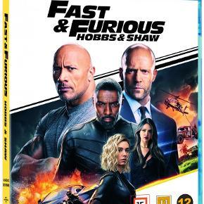 0458  Fast And Furious 9 - Hobbs & Shaw -  Blu-Ray - Dansk Tekst - I FOLIE   FBI-agenten Luke Hobbs er tilbage i Fast & Furious: Hobbs & Shaw. I seriens seneste film, der som de 8 foregående byder på stjernespækkede hurtig-kørende action, ser Hobbs og Shaw sig nødsaget til at indgå en mildest talt usandsynlig alliance. FBI-agenten må samarbejde med skurken, for at besejre en anden skurk..  Da en cybergenetisk skurk med hidtil usete kræfter truer menneskehedens fremtid, må Hobbs og Shaw forenes med hinandens forskelle, og kæmpe sammen. Det foregår dog ikke helt gnidningsfrit.