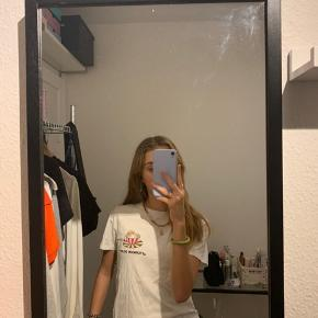 Sælger denne her flotte ganni t-shirt som er brugt en del gange men ikke fejler noget  Nypris er 600  Bare byd Kig gerne på mine andre opslag da der er mængderabat, jeg har en masse god ting til salg