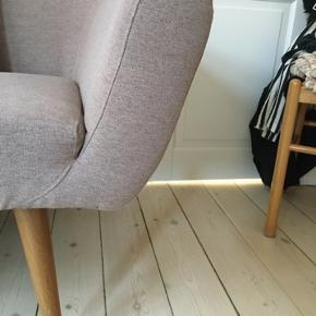 Smuk sofa fra Sofakompagniet / Sofacompany.  Egetræsben. Trænger til en rens derfor er prisen lav. Ellers fejler den intet.  Skal afhentes på Amagerbro. Mp 1150 kr.