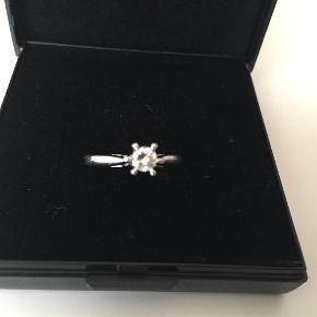 Brand: Guldsmed Varetype: Smuk smuk hvidguldsring Størrelse: 55 Farve: Hvidguld/diamant Oprindelig købspris: 9500 kr.  Ubrugt diamantring i hvidguld str. 55  Diamant størrelse 0,21 klarhed TW-VVS   Er åben for seriøse bud :-)